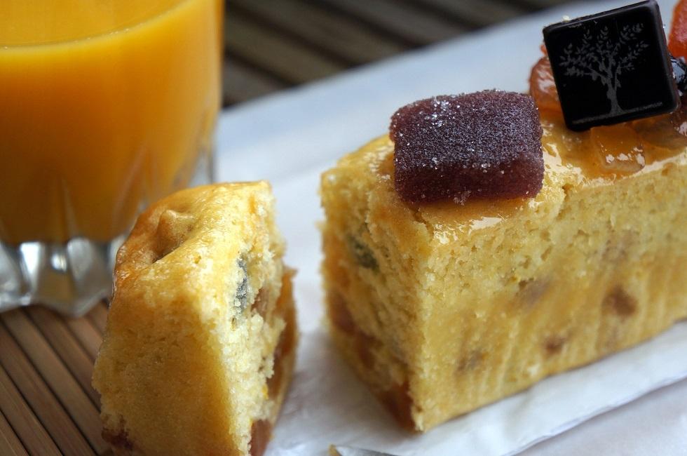 Cake aux fruits confits coupé - Un dimanche à Paris