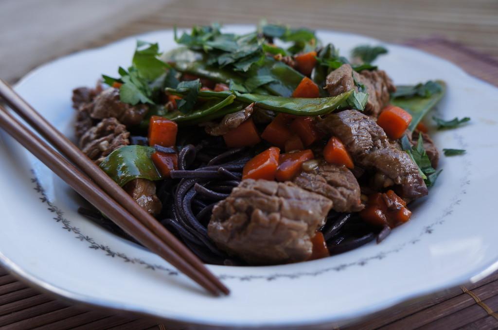 Wok de boeuf et nouilles de riz noir